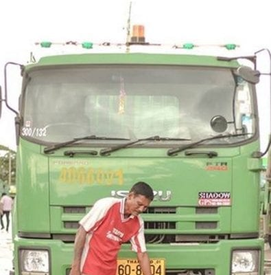 泰国名校毕业生 垃圾车前跪谢父亲