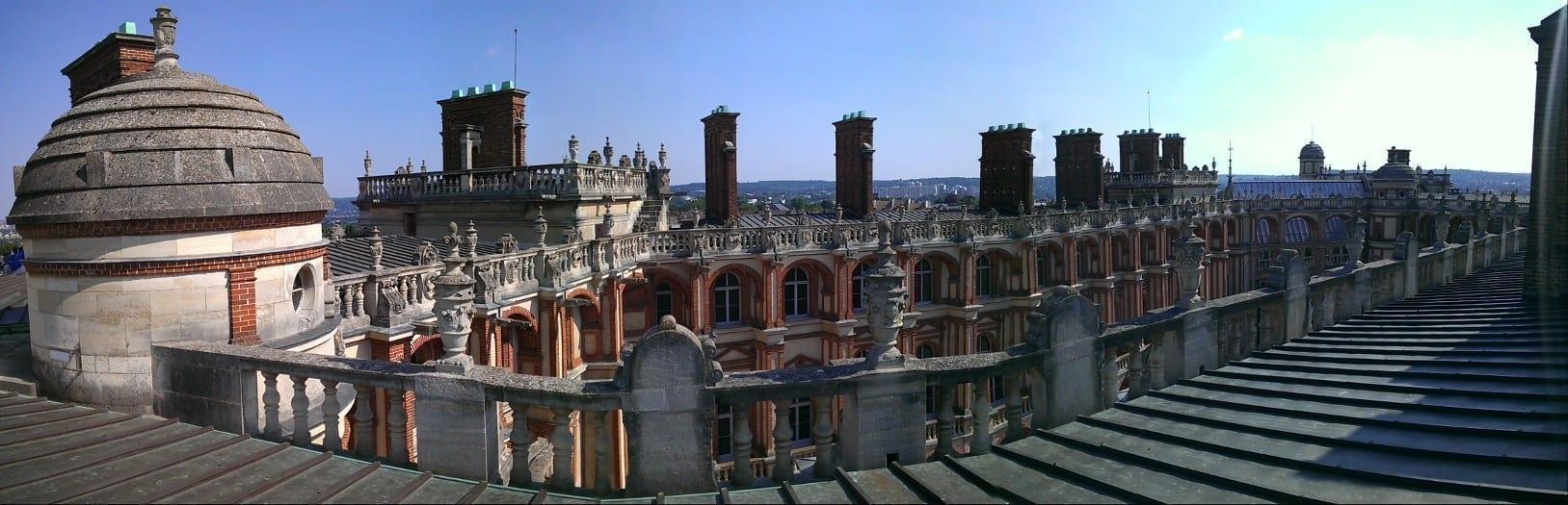 圣日尔曼昂莱王宫(Saint-Germain-en-Laye)楼顶。该城堡是于路易十四时代迁入凡尔赛宫前法国王室的主要居住地