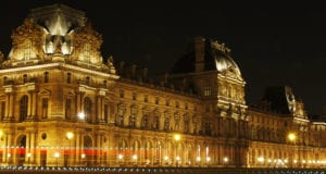 卢浮宫拿破仑庭院夜景。(章乐/大纪元)