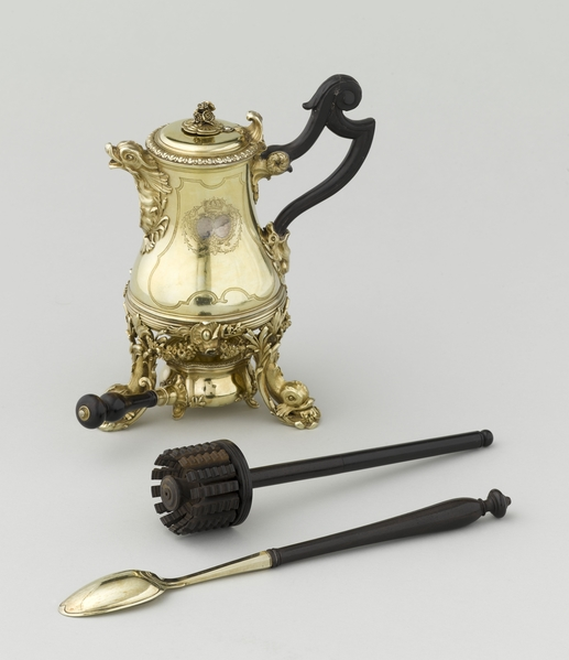 玛丽‧蕾捷斯卡王后的巧克力壶,在1730年由亨利-尼古拉斯‧库西内(Henri-Nicolas Cousinet)制。(© RMN-GP (musée duLouvre)/Jean-Gilles Berizzi)