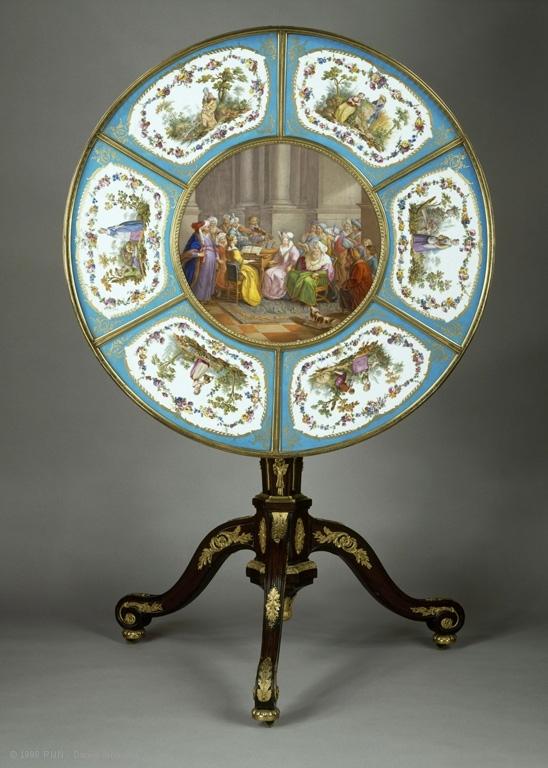 独脚小圆茶桌,在杜巴利伯爵夫人路维希安城堡音乐馆的椭圆沙龙。(© RMN-GP(musée du Louvre)Daniel Arnaudet)