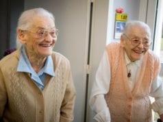 法国 104岁双胞姊妹花 长寿