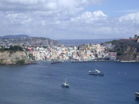 远眺意大利普罗奇达岛(Jamiethearcher / 维基百科)