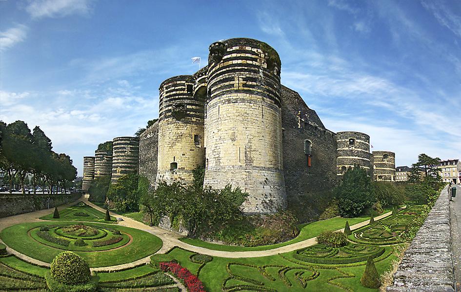 昂热城堡(Château d'Angers)南面,最初是城堡的入口正门(La porte des Champs),下方的壕堑如今被改造成了花园。 (维基百科)
