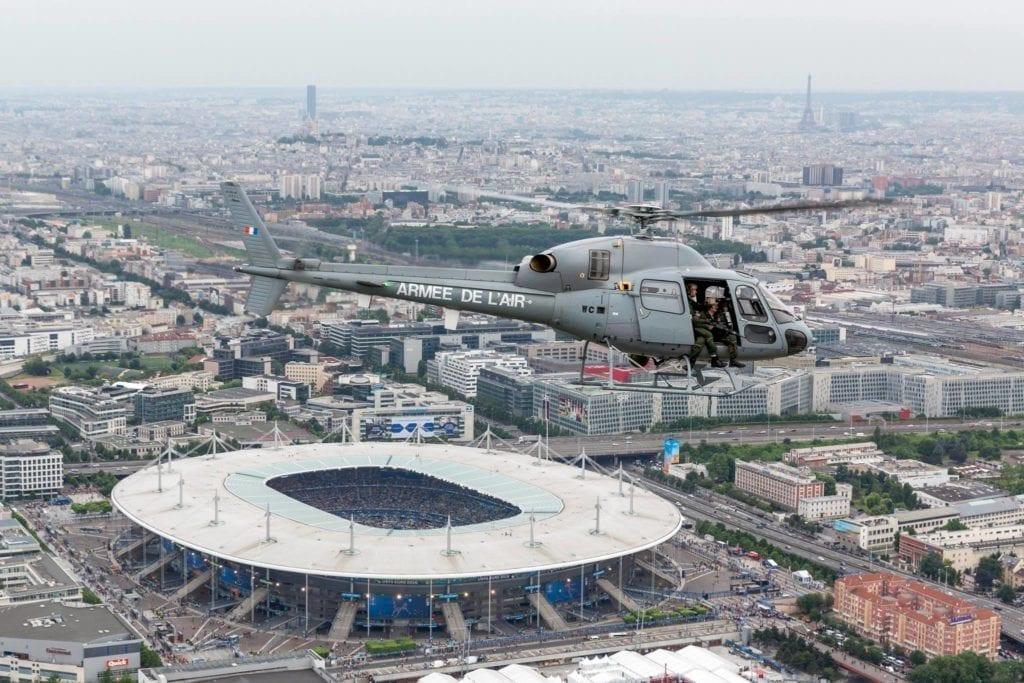 图为法国空军以小狐直升飞机监护巴黎法兰西体育馆。(法国空军官方脸书)
