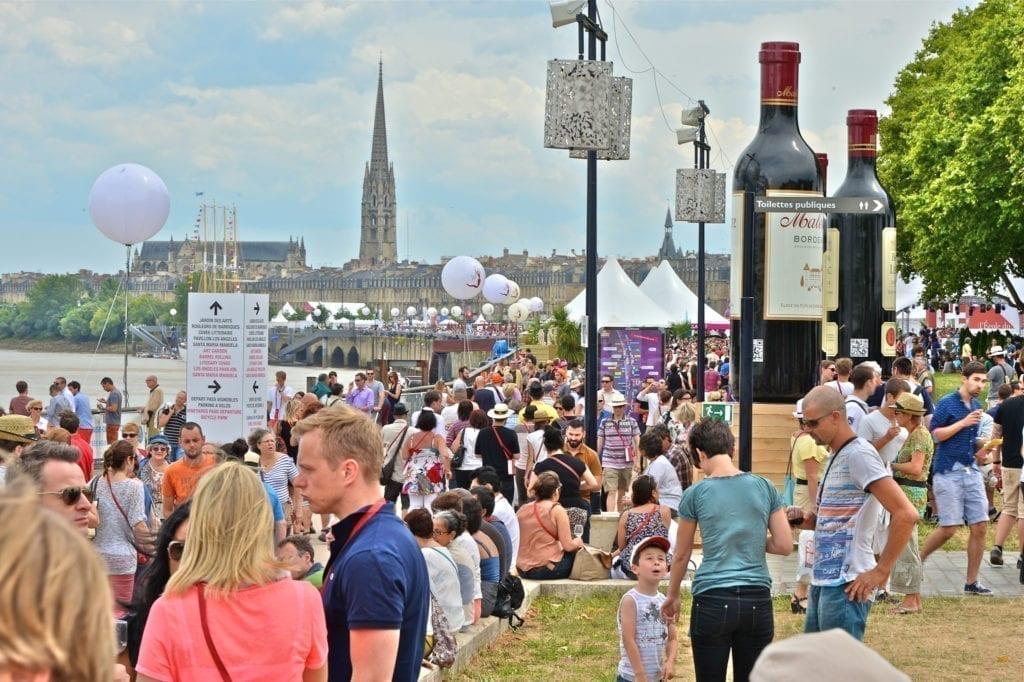 每届葡萄酒节吸引几十万参观者。(bordeaux-fete-le-vin.com)