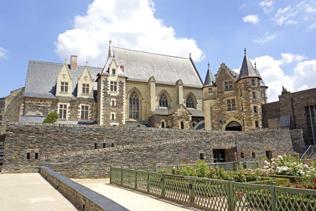 从南部城墙上俯瞰,从左至右依次为:王室寓所(Le logis royal)、礼拜堂(la chapelle)、小城堡(le châtelet)和《启示录》壁毯画廊。(维基百科)