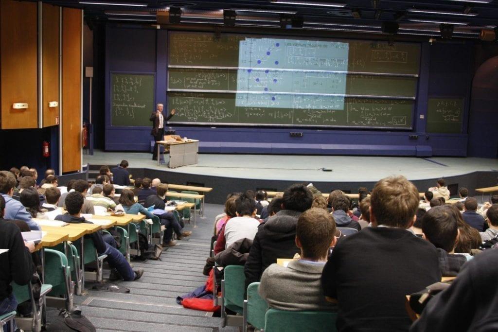学生在上课。(维基百科)