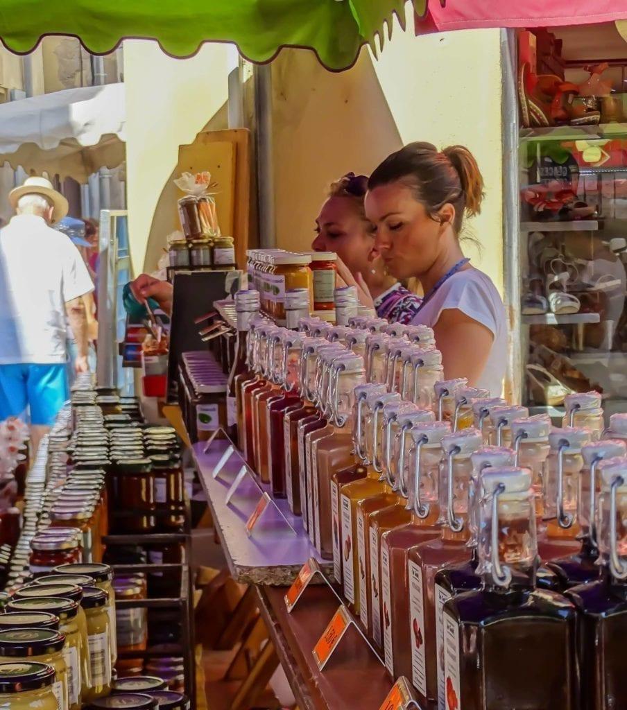 小城的就餐环境少了大都市的喧闹和忙碌的人群。(圣雷米官方脸书)