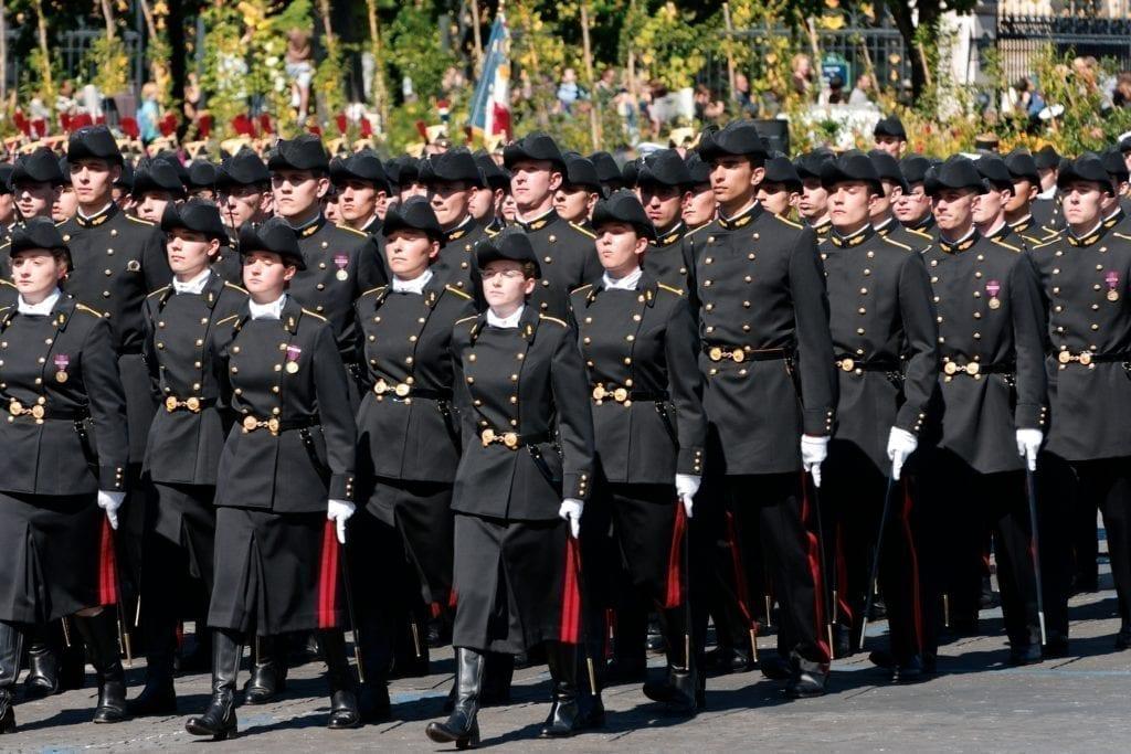 X的学生参加法国国庆节游行。(维基百科)