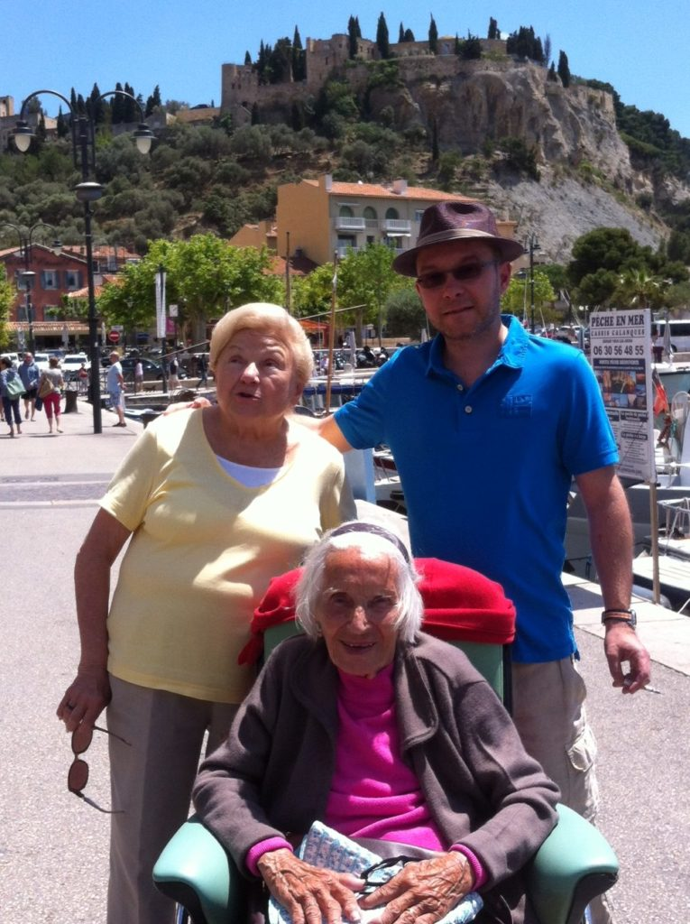 和97岁的姨奶奶合影。(李婉清/大纪元)