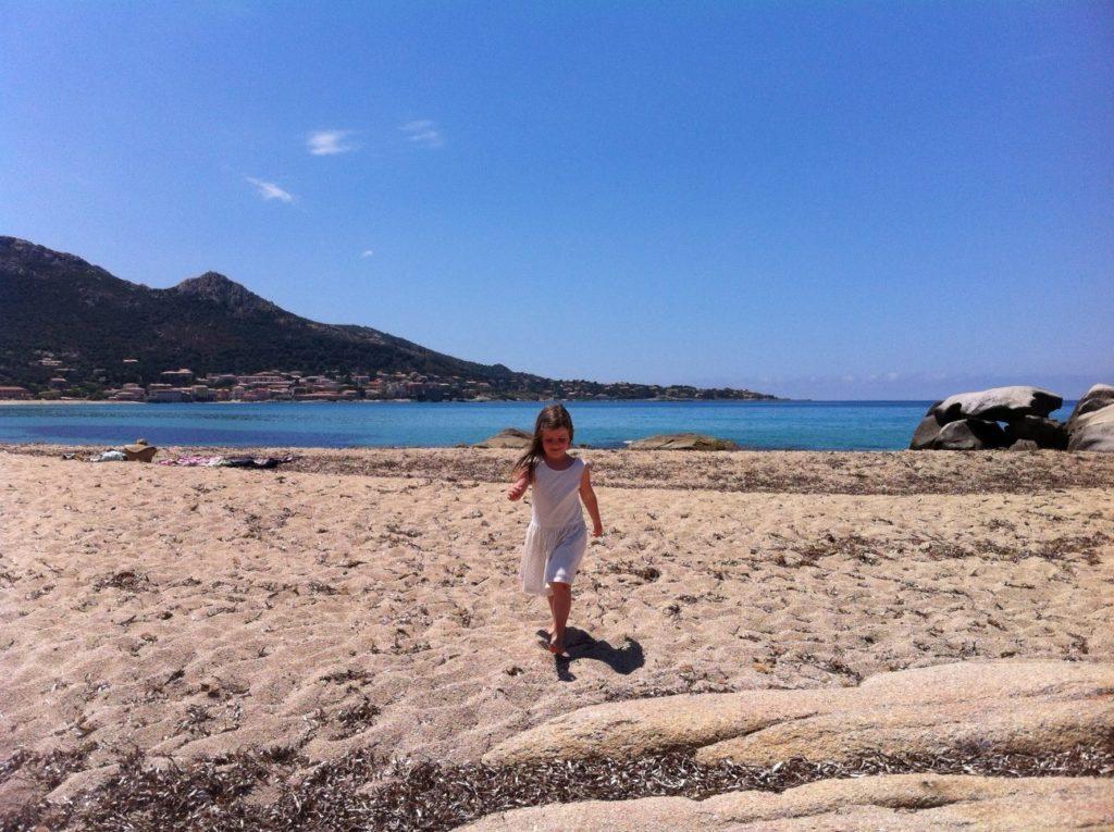 先生表妹的孩子Jeanne在海滩上奔跑。(李婉清/希望之声)