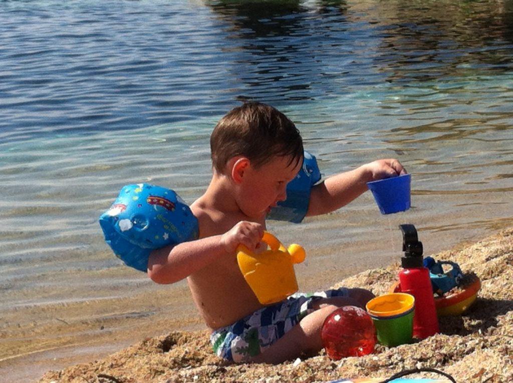 先生表妹的孩子Adrien在沙滩玩耍。(李婉清/希望之声)
