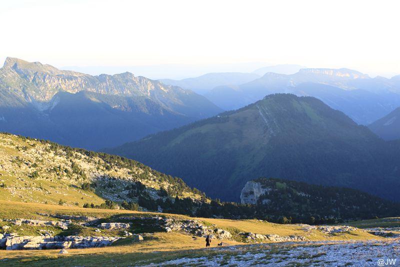 晨光下的阿尔卑斯山群。
