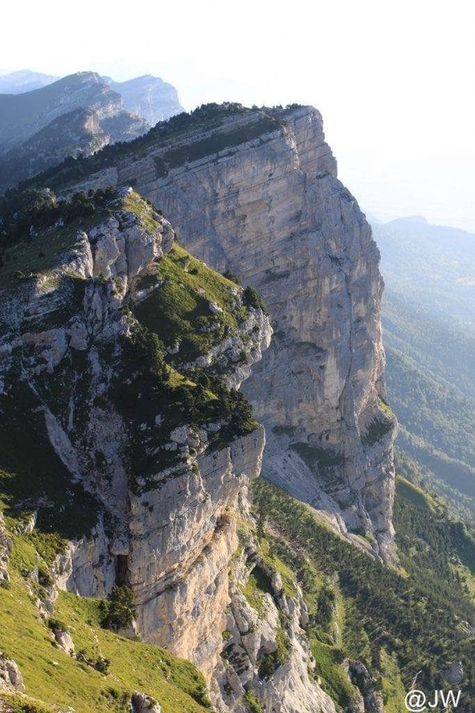 峻险的岩峰。