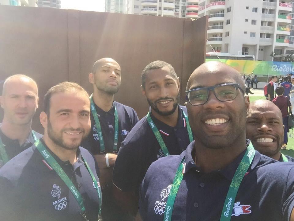 特迪·里内在里约奥运开幕式前与队友们自拍。(特迪·里内脸书)