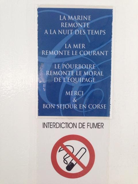 法国的习惯:水手们在欢送做渡轮的乘客离开时,乘客凭各自心意给他们付小费,以示感谢一路旅行中收到的照顾。(李婉清提供)