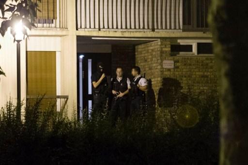 在调查9月4日巴黎市中心圣母院附近发现一辆载有6个瓦斯罐的可疑汽车事件中,9月8日晚上法国警方在巴黎约30公里的埃松省布西圣昂图瓦恩(Boussy-Saint-Antoine)再次逮捕了三 名女子,其中之一为车主女儿。(AFP PHOTO / GEOFFROY VAN DER HASSELT)