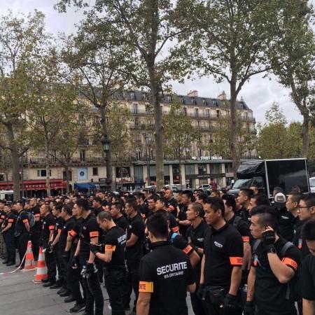图为华人协会组织300名志愿者,统一服装,维持9月4日大游行的秩序。(Comité Sécurité Pour Tous )