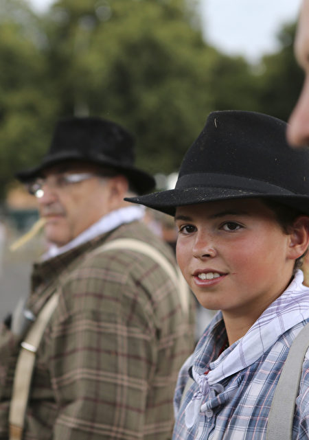 参加稻草节的法国小伙子。(flickr.com)