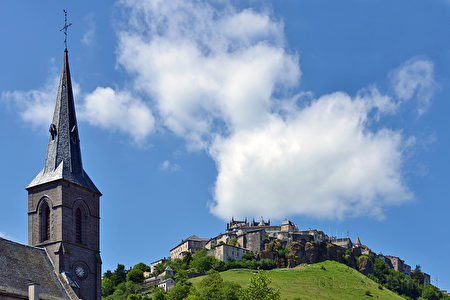 从下城的教堂遥望上城。 (flickr.com)