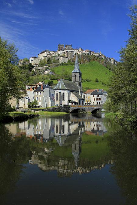 圣弗卢尔上下城在河水的倒影下充满童话色彩(Hervé Vidal。)