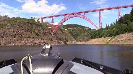 游船仰观卡哈比高架桥。(视频截图)