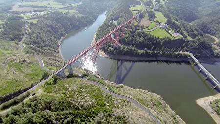 高空下的卡哈比高架桥。(视频截图)