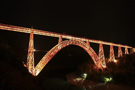 夜幕下的卡哈比高架桥。(Hervé Vidal)