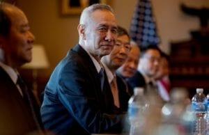 刘鹤在华盛顿与美方代表谈判(AP Photo)