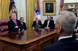 川普1月在白宫接见刘鹤(资料图片 AP)