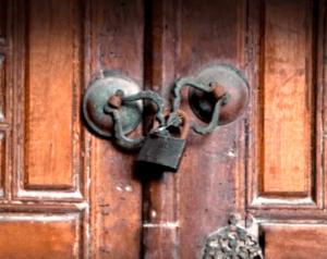 在蒙尼尔庄园的夫人,过去二十年来囚禁了一个人(圖片:ObsoleteOddity/youtube截圖)