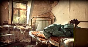 一个年轻漂亮的女孩被囚禁在一个黑暗发霉的小阁楼25年,没有阳光,没有灯,更没有空调和供暖系统(圖片:ObsoleteOddity/youtube截圖)