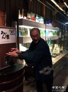 今代司董事长为参观者讲解酒厂历史 (图片:歐洲希望之聲)