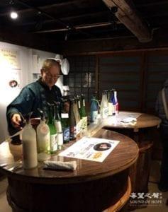 董事长亲手为参观者备酒 (图片:歐洲希望之聲)