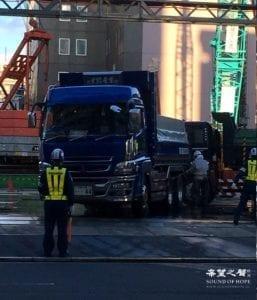东京某建筑工地用高压水枪给工程车辆做降尘处理 (图片:歐洲希望之聲)