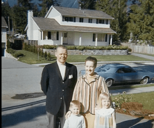 Pauline的父亲Warren是个成功的商人,母亲Ruth是个善良的家庭主妇,两个娃女儿Pauline和儿子Ted,一家四口原本生活和睦….(youtube視頻截圖)