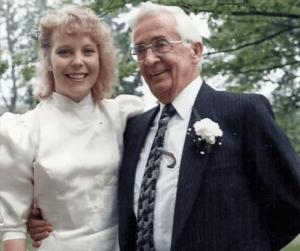 这期间,Pauline认识了后来的丈夫Kevin,连两人的婚礼都是Stan替代Pauline的生父,将Pauline交到新郎手中的….(youtube視頻截圖)