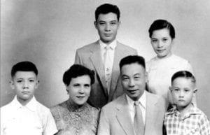 蒋经国家庭:(前左起)蒋孝武、蒋方良、蒋经国、蒋孝勇、(后左起)蒋孝文、蒋孝章 (圖片:維基百科)