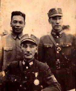 蒋中正和蒋经国、蒋纬国父子三人合影(圖片:維基百科)