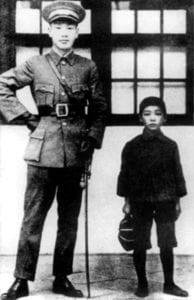 蒋纬国(右)8岁与父亲蒋介石(左)合影,1924年(圖片:維基百科)