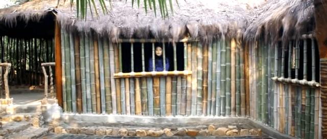 95后姑娘开垦荒园: 独自一人搭建一所竹屋(视频截图)