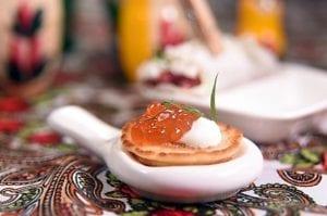 俄罗斯经典吃法俄罗斯迷你煎饼上有鲑鱼卵和酸奶提味