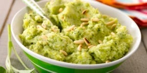 它由蔬菜土豆泥(如芹菜,青葱和洋葱等),一些餐馆也会提供奶油或牛奶,和培根、煎蛋、香肠、牛肉、鱼、甚至马肉等组成