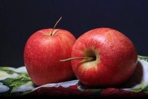 """于是不好意思地对病房的几个病友笑笑,""""来,大家吃苹果,吃苹果!"""""""