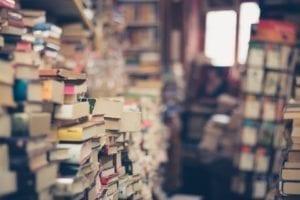 房间的书都快堆成了山(图片:pixabay)