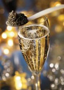 鱼子酱配香槟,是西方的土豪吃法