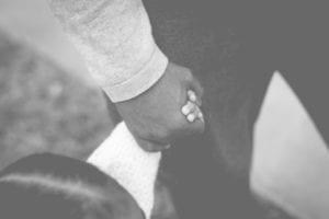 还要像个小孩子,拉我的手,说想我(图片:pixabay)