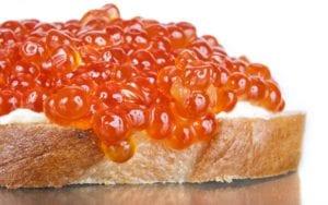 鲑鱼鱼子酱,呈现的橘红色和鲑鱼鱼肉颜色一般(网络图片版权归属原作者)