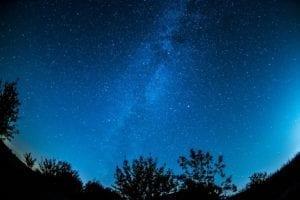 墨蓝色的天空中点缀着无数的繁星,一颗颗晶莹剔透,闪闪发光,真的美极了